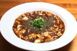 山椒やとうがらしの辛さが特徴。四川麻婆豆腐1,180円(税込)