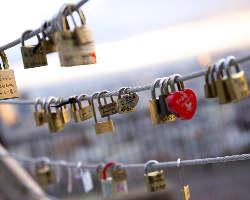 愛の鍵モニュメント用ハートの南京錠は当店でも販売しています。