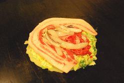 お好み焼の定番「豚玉」780円(税込)は、豚肉の存在感抜群!