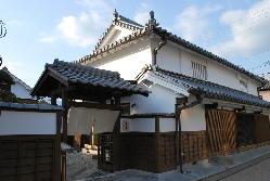 江戸時代からの街並みが残る、五條新町に溶け込むお店です。