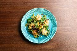 新鮮食材にこだわり!前菜やサラダなども取り揃えております。