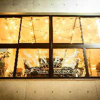 三宮駅徒歩4分。ビル2Fにひっそり佇む隠れ家風天ぷらバル。