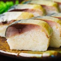 肉厚な鯖と酢飯のバランスが絶妙…「鯖寿司」は呑んきの名物!