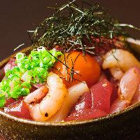 5種の魚介がてんこ盛り!濃厚な黄身がとろ〜り「海鮮ユッケ丼」