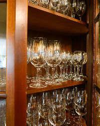 丁寧に磨き上げられたグラスがインテリアのよう。