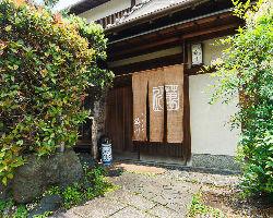 京都市バス「上賀茂菖蒲園町」下車すぐ。風情ある上賀茂の旧家