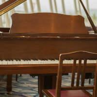 窓際に置かれたグランドピアノが品格と情緒を醸し出しています