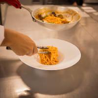 毎朝仕込む生パスタはソースと絶妙に絡むモチモチ食感が魅力です