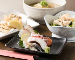 人気の鮮魚料理のほか、地鶏料理やおつまみ各種もご用意