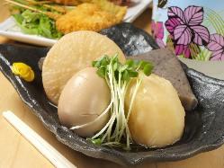 ほっこり温まる優しい味わいのおでんは180円(税抜)~。