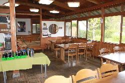 木の温もりあふれる店内席のほか、テラス席もご用意しております