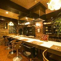 鉄板に面したカウンターはライブキッチンでお楽しみください!