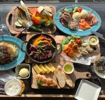 スタッフがお席に料理を運ぶ宴会コースも!3,000円(税抜)~