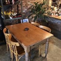 おしゃれなテーブル席で美味しい酒食をお楽しみください!