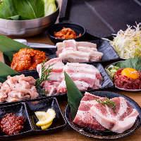 甘辛いタレが鶏と相性抜群の「ヤンニョムチキン」など単品も豊富