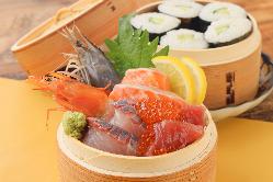 馬肉や炙り牛タンでつくるユッケ寿司は全長30cmのロングサイズ!