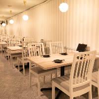 白を基調としたおしゃれで明るい半個室は女子会やパーティーに◎