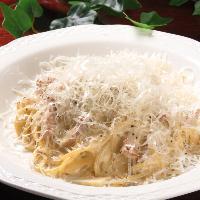 当店1番人気のカルボナーラパスタ!粉雪のようにチーズをかけて