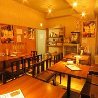 ゆったり寛げるテーブルが並ぶ店内。フロア貸切対応可能!