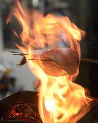 高知・須崎港から直送の新鮮なカツオのタタキをご賞味ください!