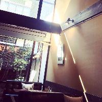 窓からやさしく光が差し込む古民家カフェで素敵なひと時を…