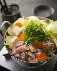 つくねがたっぷりと入った「鶏まみれ鍋」はコースで楽しめます