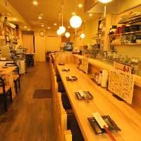 店内は丸いランプが並ぶ、木の温もりを感じる明るい雰囲気です。