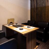 黒を基調としたシックな空間。半個室と完全個室がございます