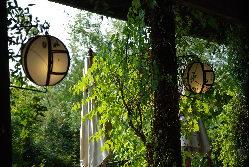 緑に囲まれた隠れ家的ガーデンレストラン。