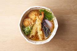 本格細うどんにひまわり特製「明石焼きの天ぷら」をトッピング。