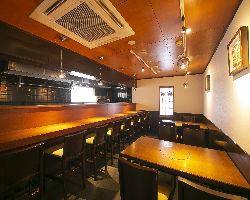 4名掛けテーブルが2卓とカウンター8席のアットホームな店内!