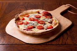 ブルーチーズとトマトのピザ