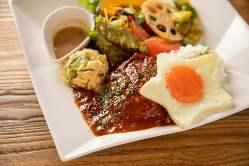 充実のランチメニュー!ロコモコ丼と日替わりの2種類をご用意!