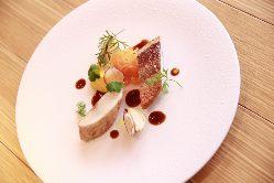 旬の鮮魚を目でも楽しめる一皿に。どちらのコースでも味わえます
