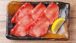 焼肉の始まりは、まずは塩タンから!レモンでさっぱり美味しい!