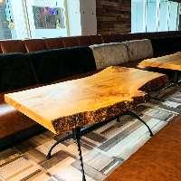 一枚板のテーブルがお洒落◎全席ソファ席です!