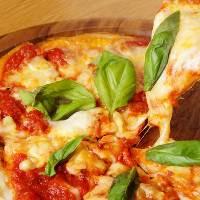 コンベクションオーブンで焼き上げる本格ピザ。