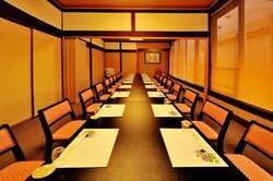 最大24名様まで収容可能のイステーブル席完備。