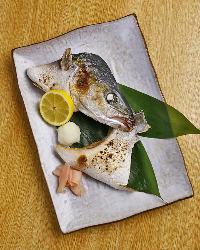 新鮮な旬の魚介は、お造り・焼き・揚物など様々な調理法でご提供