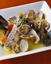 《真鯛のアクアパッツァ》 魚介の出汁が凝縮された自信の一品。
