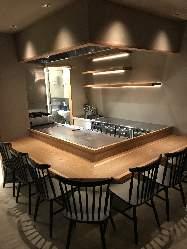 カウンター席とテーブル席、完全個室もございます。