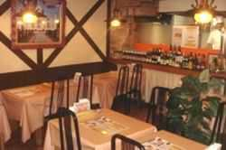 ガラス張りのキッチンで本場インドの料理人の料理風景も見えます
