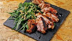薪窯で焼くお肉はふんわりジューシーに。地元のお肉でイタリアン