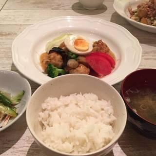 お肉定食 2種類 (ご飯・汁物・小鉢・ミニデザート付き)