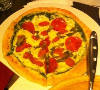 ソーセージとトマトのピザ