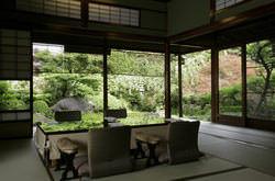 「春日野」杉苔に覆われたお庭を一望できる掘りごたつのお部屋