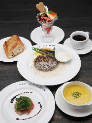 前菜、スープ、デザート、ドリンクが選べるプリフィックスコース