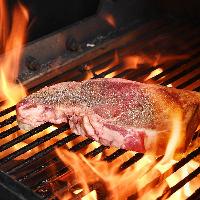 [絶品塊肉] 炭と薪で焼き上げ&ロースターで旨みを閉じ込めます