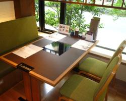 明るい日差しの中、上品なテーブル席でお楽しみくださいませ。