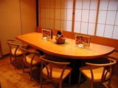8名様までOKな人気の椅子席個室。 ご接待に人気あります。